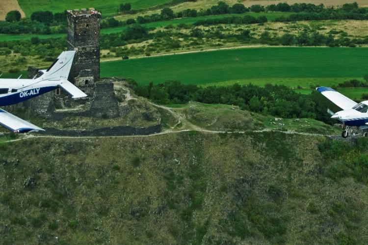Экскурсии в Праге на частном самолёте, самолёты с туристами пролетают над замком Бездез
