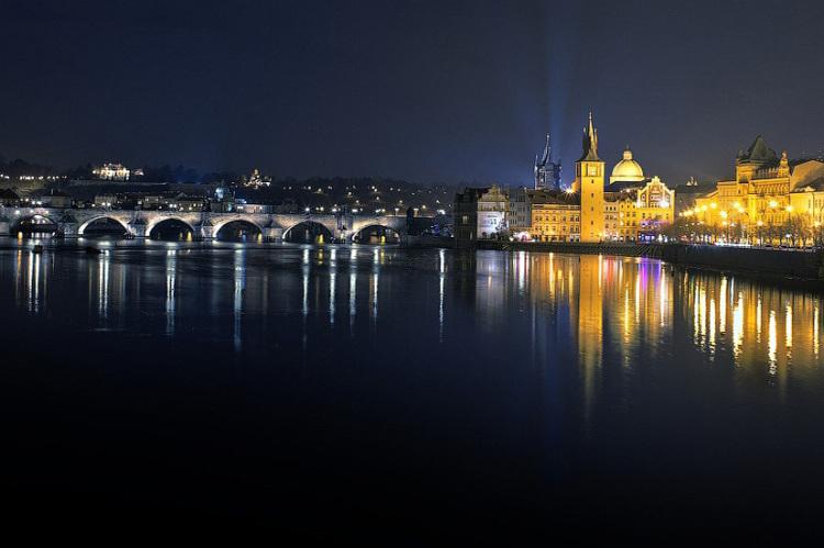Вид на ночную Прагу во время экскурсии на самолёте